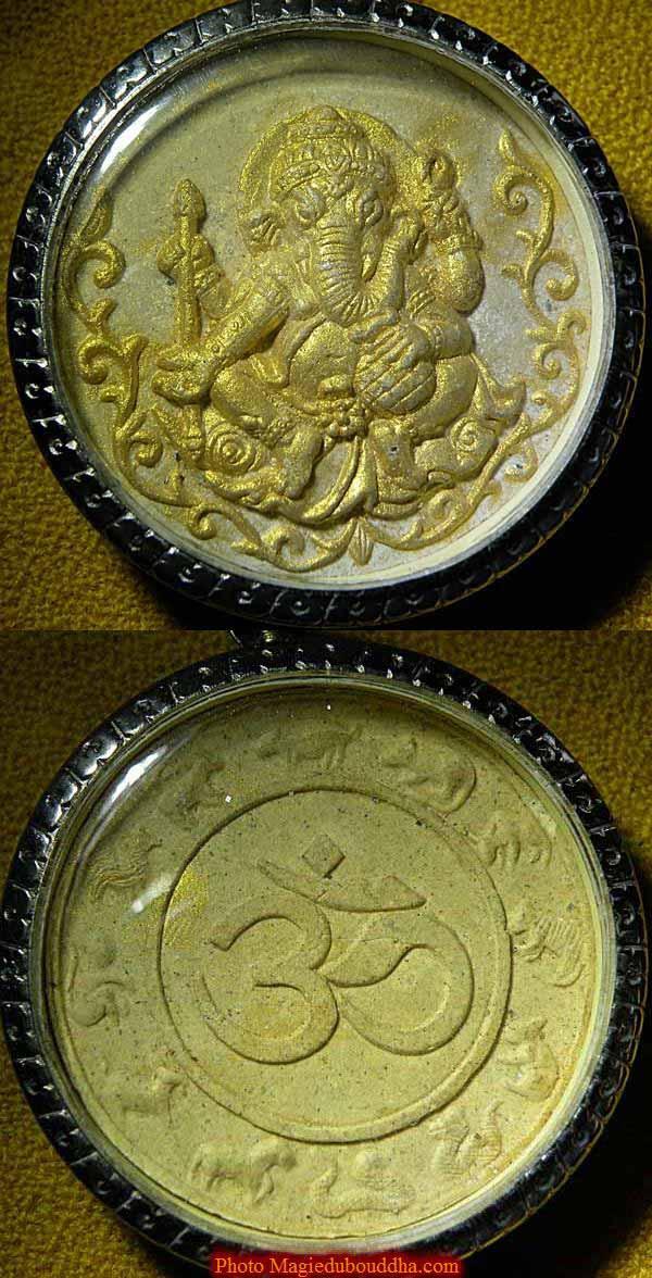 Amulette dorées de ganesh.