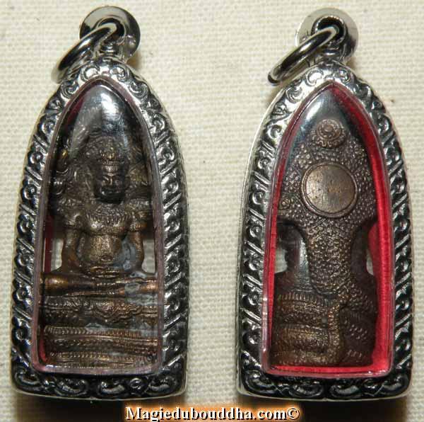 amulette du bouddha sous le roi des nagas