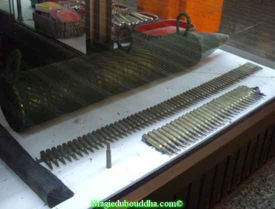 balles & bombe dans un temple thai